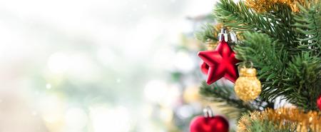 Sluit omhoog van kleurrijke ornamenten op Kerstboom, panoramische bannerachtergrond met exemplaarruimte