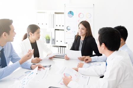 사무실에서 회의 테이블에서 작업을 논의하는 젊은 아시아 비즈니스 팀