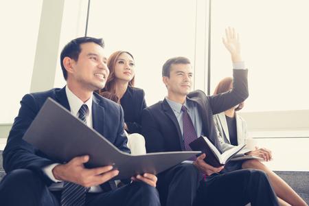 비즈니스 사람들이 그룹에 앉아, 공유, 회의 및 학습
