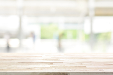 Wood table top on blur kitchen window background - can be used for display or montage your products (or foods) Banque d'images