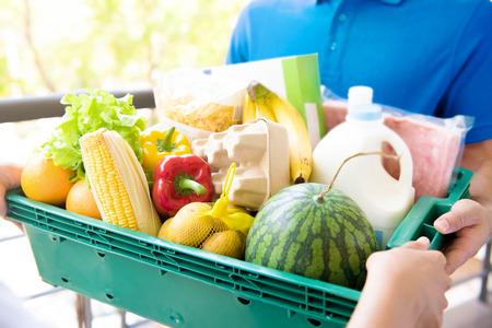 고객에게 식료품을 배달하는 배달원 - 온라인 식료품 쇼핑 서비스 개념