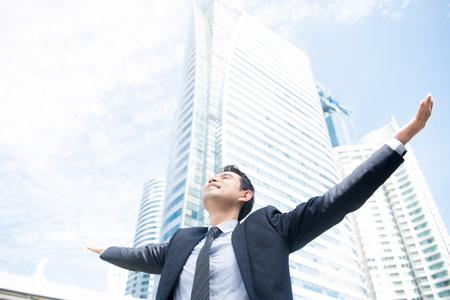 Homme d'affaires levant les bras, ouvrir les paumes des mains, le visage levé vers le ciel - concepts de bonheur, de réussite et de réussite