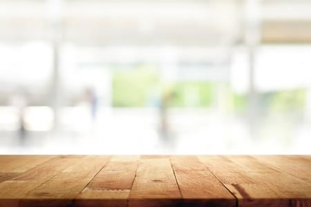 木製テーブルの上にキッチン ウィンドウ背景をぼかし - 表示に使用することができますまたはモンタージュの製品 (または食品) 写真素材