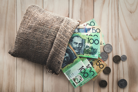 お金、オーストラリア ドル (AUD) が袋からこぼれたうち 写真素材