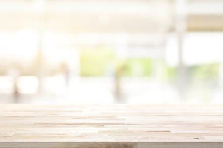 Sobremesa de madera en el fondo borroso de la ventana de la cocina - puede usarse para exhibir o montar sus productos (alimentos) Foto de archivo - 83364289