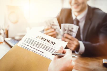 Business partner che fa un accordo - concetti di prestito, corruzione e corruzione Archivio Fotografico - 83559576