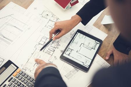Arquitetos, ou, desenhistas interiores, discutir, planta baixa, desenhos técnicos, tabela