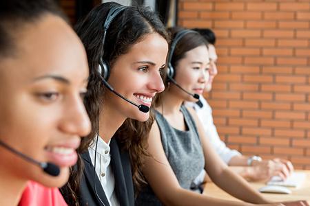다민족의 텔레 마케팅 고객 서비스 요원 팀, 콜센터 작업 컨셉 스마일