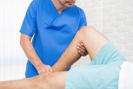 병원에서 부러진 다리 환자에게 물리 치료사 훈련 재활 훈련 스톡 콘텐츠