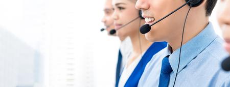 Agentes del centro de llamadas hablando por teléfono con los clientes con una actitud amable y servicial: pancarta panorámica con espacio para copiar