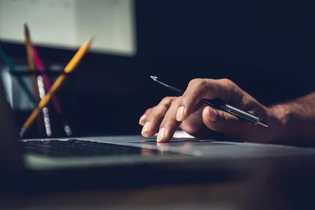 main d & # 39 ; un homme utilisant ordinateur portable travail travail dans son bureau au bureau tard dans la nuit Banque d'images