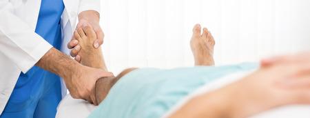 Doutor, examinando, e, tratando, perna quebrada, paciente, cama, em, hospitalar, -, fisioterapia, conceito Foto de archivo - 90038537