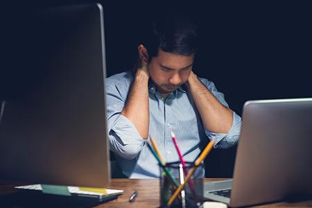 Office syndrome, 목에 통증이 피곤 된 젊은이 그의 프로젝트를 마무리하는 밤에 자신의 노트북 컴퓨터에서 초과 작업하는 동안 강조했다