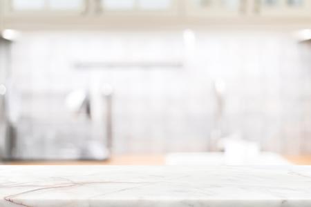 Comptoir en pierre de marbre sur l'arrière-plan flou de la cuisine - peut être utilisé pour afficher vos produits ou vos aliments Banque d'images - 92770249