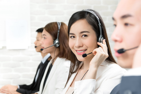 Azjatycki zespół agenta obsługi klienta telemarketingu, koncepcja pracy w call center