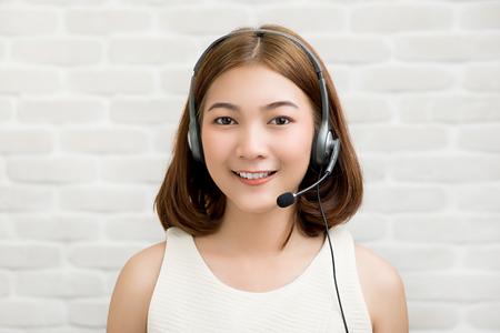 Casual empresaria asiática con auriculares de micrófono como agente de servicio al cliente de telemarketing, concepto de trabajo de centro de llamadas Foto de archivo