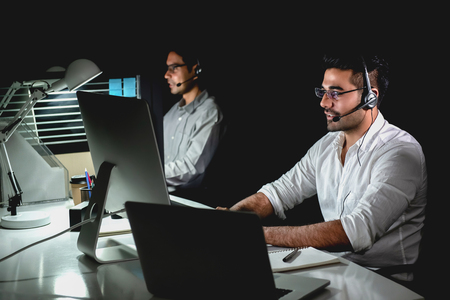 コールセンターオフィスで夜勤をするアジアのテクニカルサポートカスタマーサービスチーム