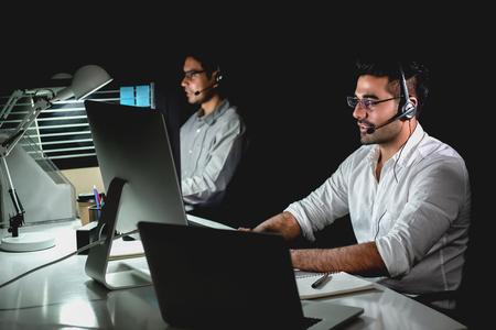 Aasian technische ondersteuning klantenservice team werkt nachtploeg in callcenter kantoor