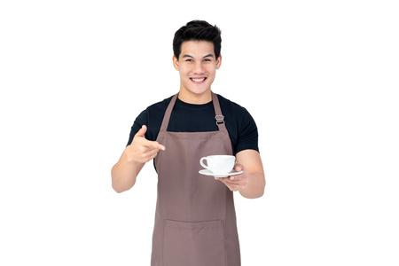 Serviceorientierter, gutaussehender, lächelnder asiatischer Barista serviert Kaffee Studioaufnahme isoliert auf weißem Hintergrund white