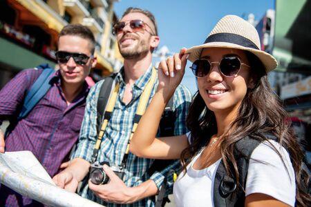 Grupo de amigos mochileros turísticos multiétnicos que viajan en Bangkok, Tailandia, en vacaciones de verano