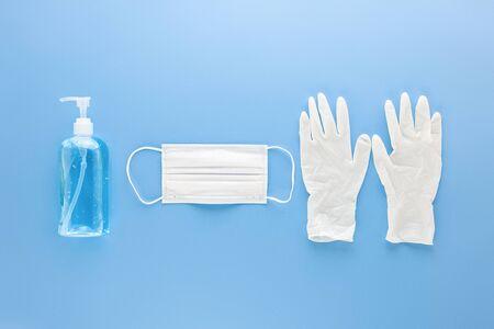 Medizinische Maske, Handschuhe und alkoholisches Gel-Händedesinfektionsmittel zum Schutz vor Infektionen während der COVID-19-Pandemie