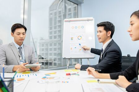 Asian businessman presenting business plan charts at the meeting in the office 版權商用圖片 - 145323488
