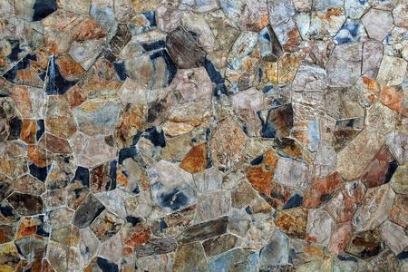 irregular shapes: Muro de ladrillo tradicional de piedra hecha de fragmentos de piedras de formas irregulares Foto de archivo