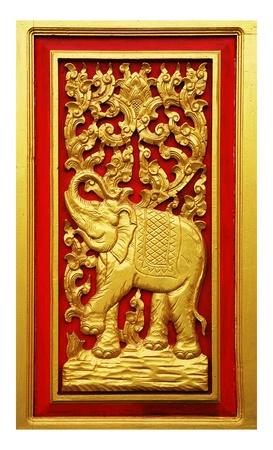 Elephant sculpté peinture d'or sur la porte