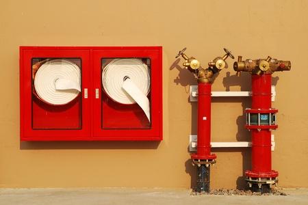 borne fontaine: Bouche avec des tuyaux d'eau et le feu éteint l'équipement