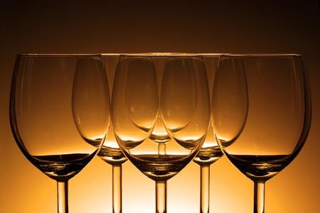 botella de licor: Copa de vino vacía en el fondo claro Hermosa