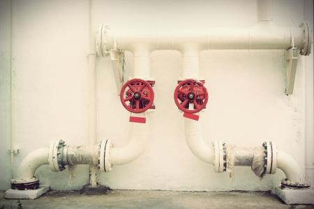caños de agua: Vintage Las tuberías metálicas de agua sobre un fondo blanco Foto de archivo