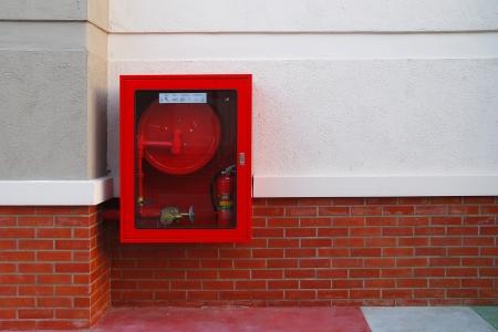 borne fontaine: Hydrant avec des tuyaux d'eau et de pompiers à éteindre l'équipement