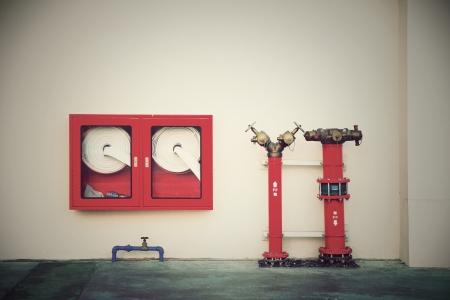 borne fontaine: Bouche de cru avec les tuyaux d'eau et le feu �teint l'�quipement Banque d'images