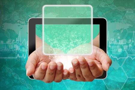 Main de femme poussant sur une interface à écran tactile, les antécédents médicaux Banque d'images