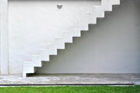 Ataircase intérieur sur un mur blanc