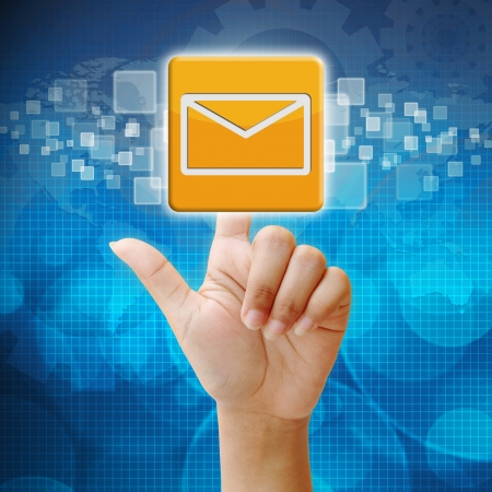 In Presse E-Mail-Symbol auf Touchscreen-Interface