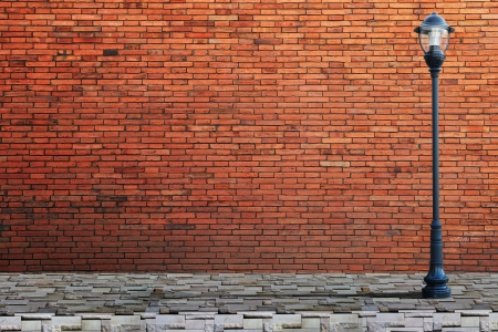 brique: Rue lampadaire sur mur de briques