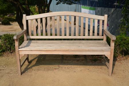 chaise de jardin en bois dans le jardin