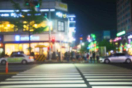 Les gens se déplacent dans la rue de la ville de la ville bondée, en Corée, en arrière plan Banque d'images