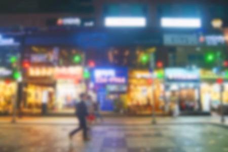 Les gens qui se déplacent dans des endroits bondés rue nocturne de la ville avec des centres commerciaux. Corée. Blur fond Banque d'images
