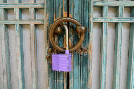 Vecchia serratura porta di legno