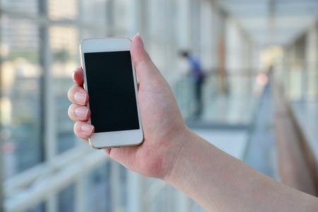 Fermé jusqu'à la main de l'homme à l'aide Smartphone