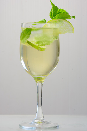 hugo: summer drink Hugo Champagne drink with elderflower syrup mint and lime Stock Photo