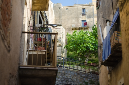 caltabellotta: Narrow street in Caltabellotta, Sicily, Italy