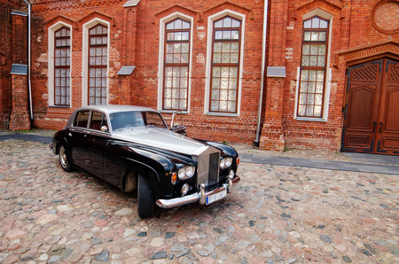 Vintage limousine next to castle in Raudondvaris, Lithuania Redakční