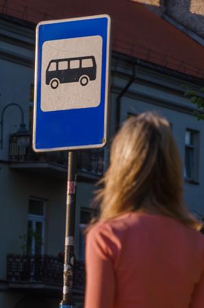 motorbus: Mujer atractiva que espera el autob�s
