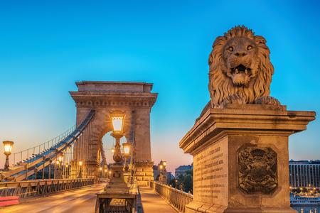 La cadena de Széchenyi puente de Budapest, Hungría, en la salida del sol