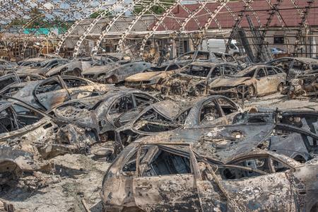 quemado: Coches quemados después gran incendio Foto de archivo