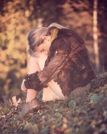 soltería: Retrato de una bella mujer en la tristeza y la sencillez de otoño