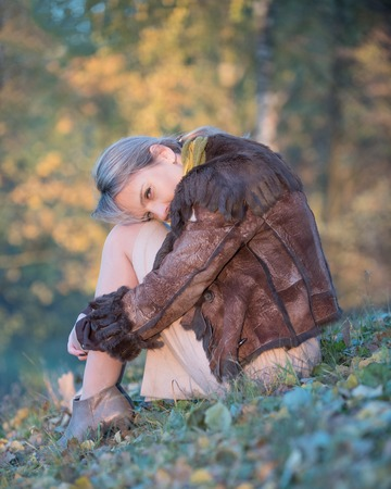 soltería: Retrato de una bella mujer en la tristeza del otoño Foto de archivo